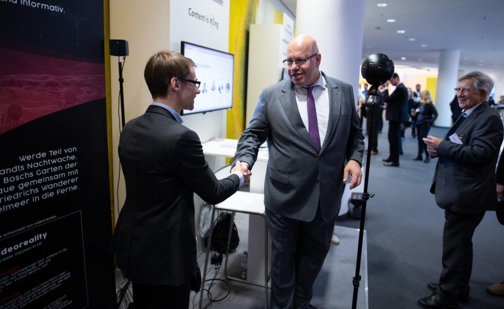 Bundeswirtschaftsminister Peter Altmaier testet unsere Experiences auf dem Digital Gipfel 1