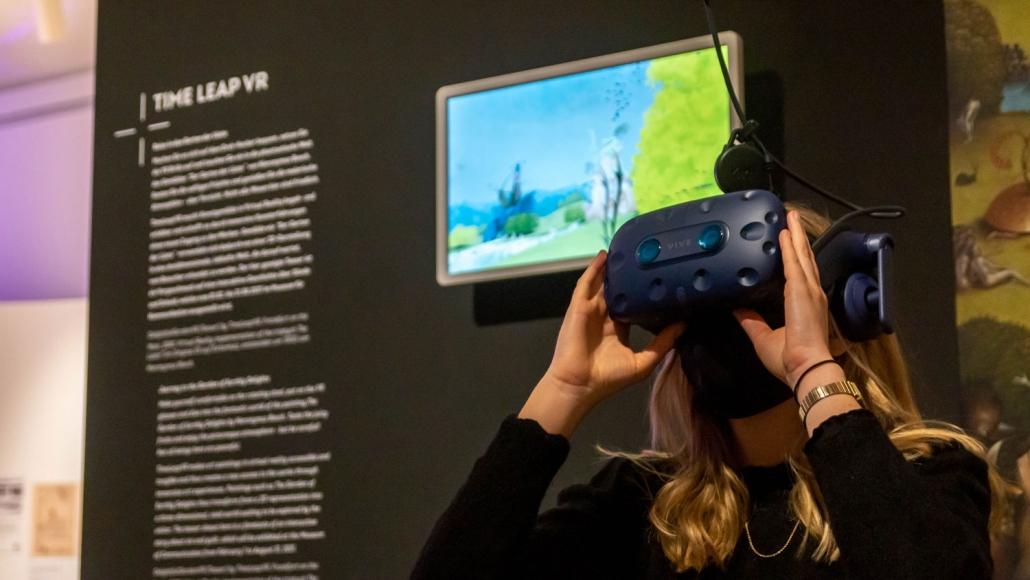 Auf dem Bildschirm können Umstehende live mitverfolgen, was die Person in der VR-Brille sieht