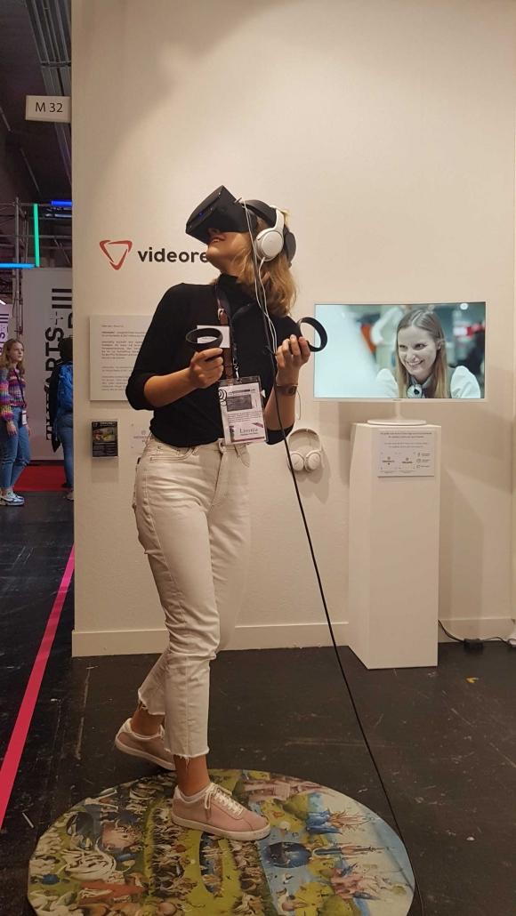 Messebesucherin besucht den Garten der Lüste in VR